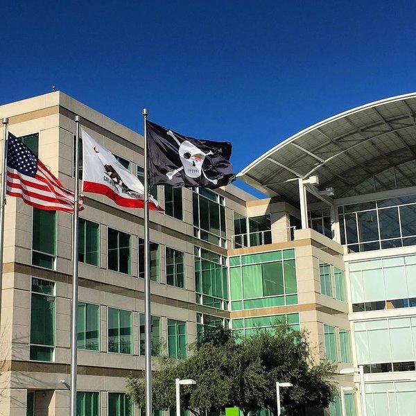 On the Apple campus on Infinite Loop raised a pirate flag
