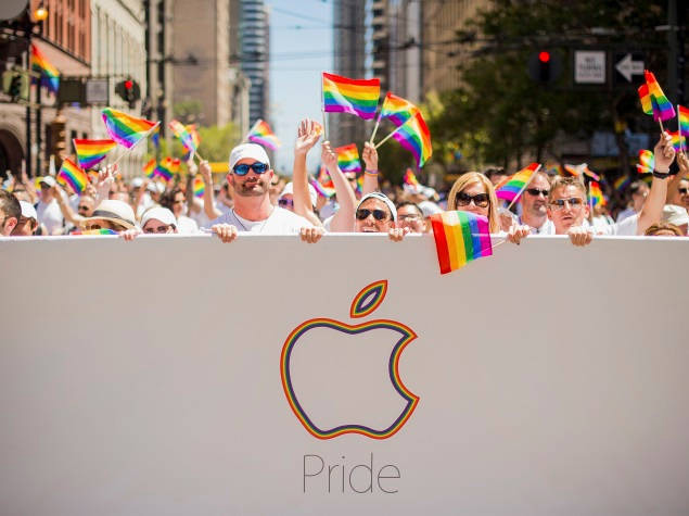 Apple has removed the gay couple of the promotional video for mother's Day for France and Germany