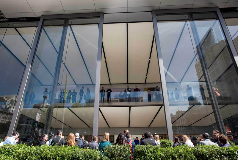 Apple introduced the new Apple Store in San Francisco with a new design and 12-foot doors