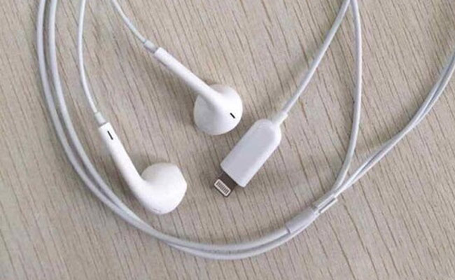 The video showed brand Lightning EarPods for iPhone 7