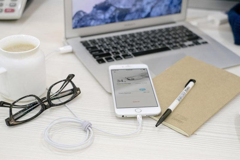 PhotoFast introduced the Lightning cable with a built-in hard drive 128 GB