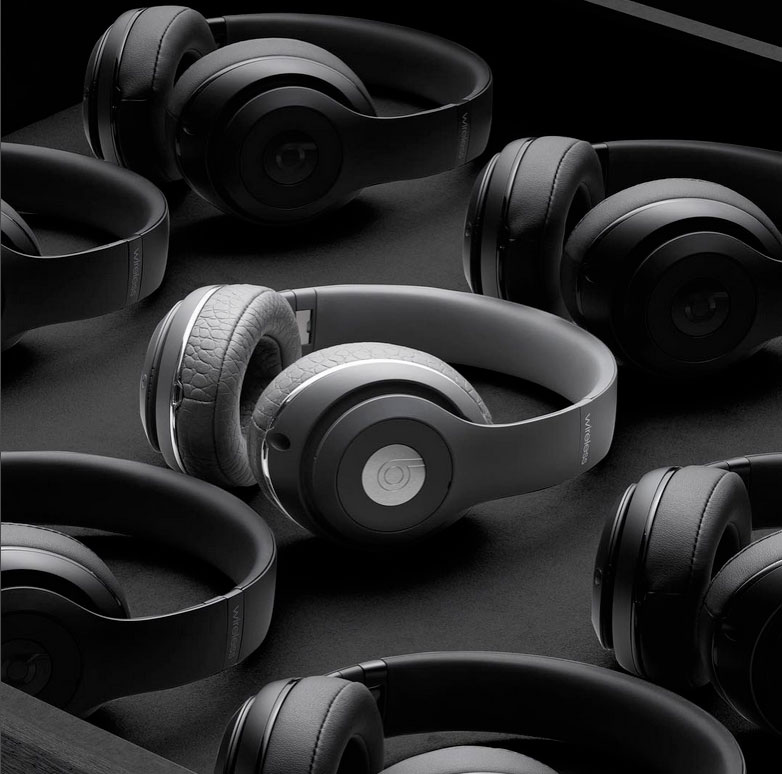 Alexander Wang together with Beats has introduced a limited edition version of the wireless earphone of Italian leather