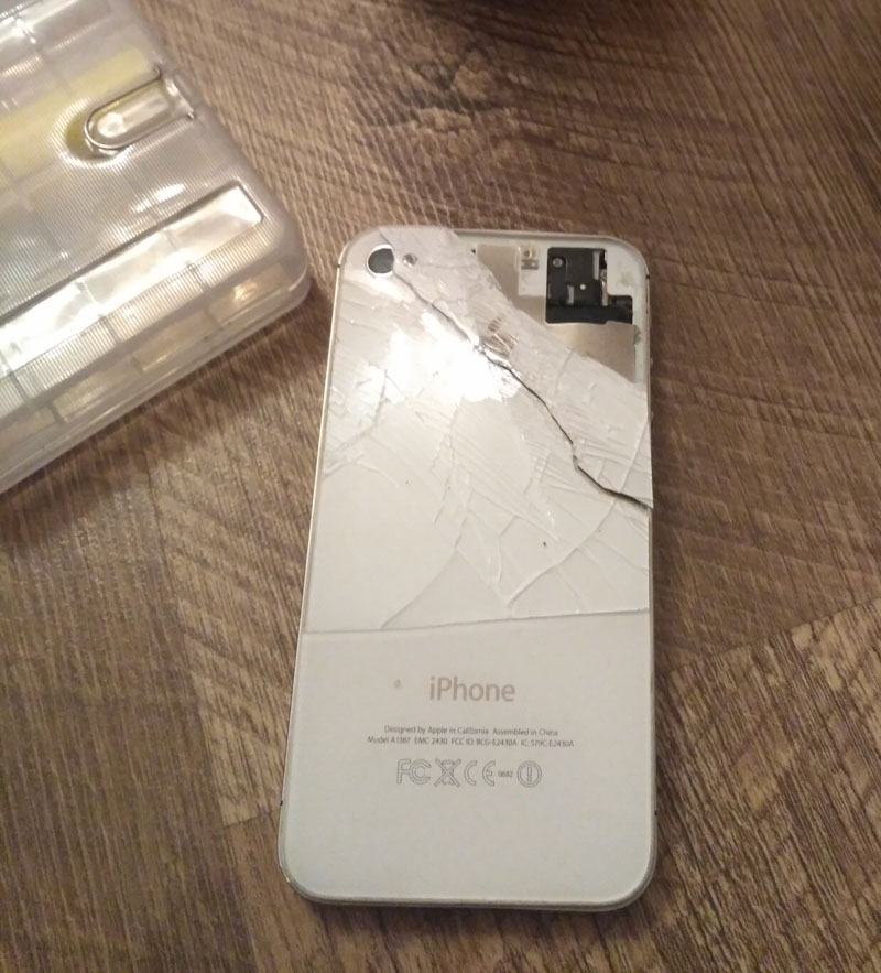 iPhone 4s in Krasnodar exploded while charging adapter for iPad [photo]