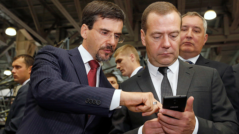 Medvedev was forced to use Russian smartphone