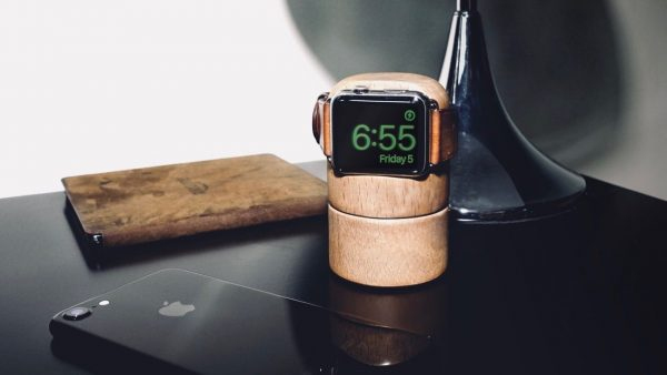 On Kickstarter collect money for a smart dock with integrated battery for the Apple Watch