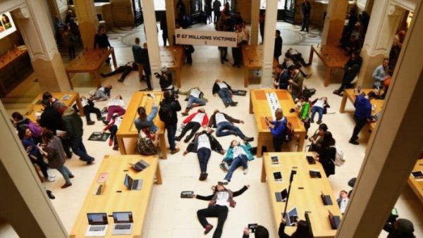 "French activists decided to ""die"" in the Apple Store"