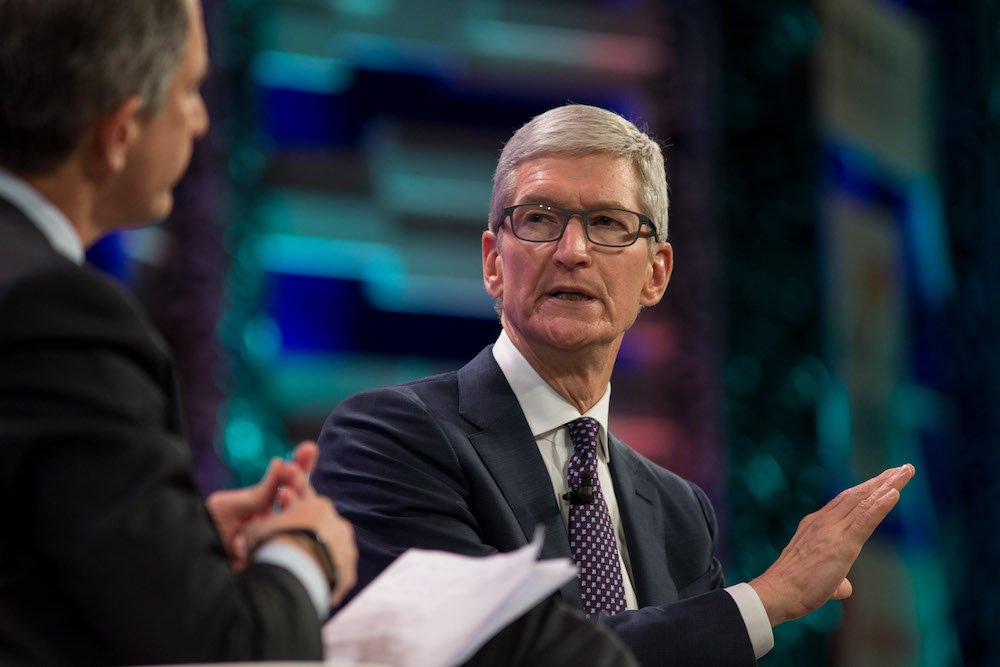 """Tim cook visited China to increase the """"disappointing"""" iPhone sales XS"""