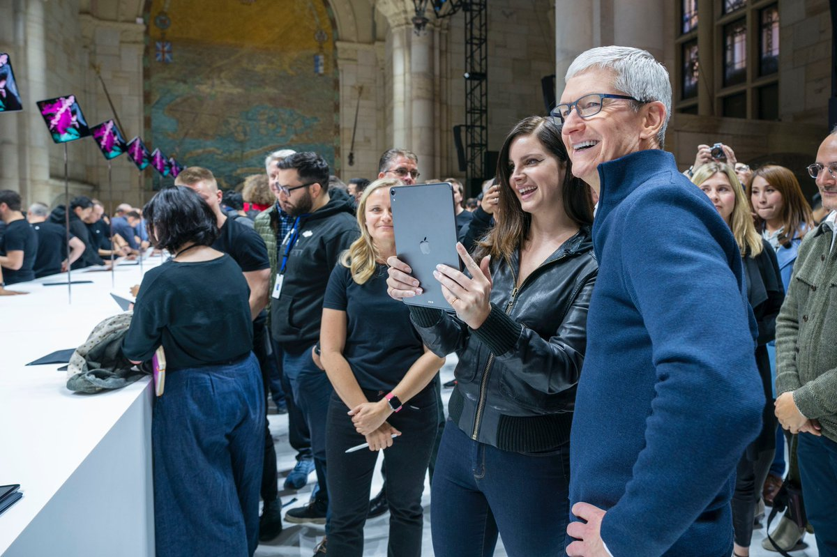 Tim cook expressed gratitude to Lana Del Rey and other guests of the presentation on 30 October