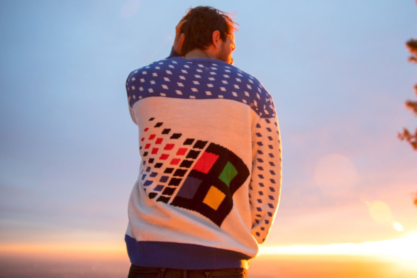 Microsoft released the ugly sweater with the logo of Windows 95 that is very difficult to obtain
