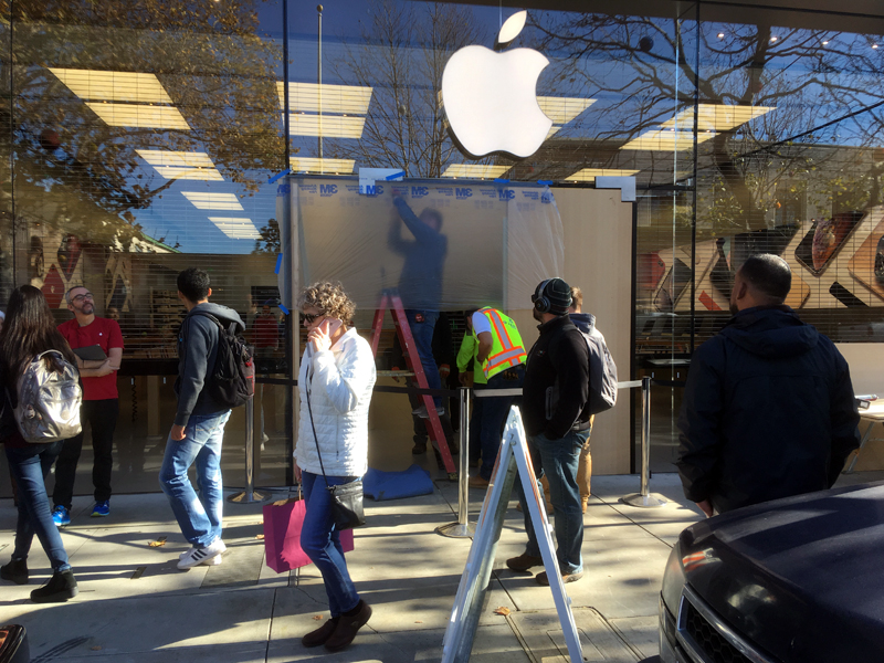 The offender tried to RAM the Apple Store to Rob the store