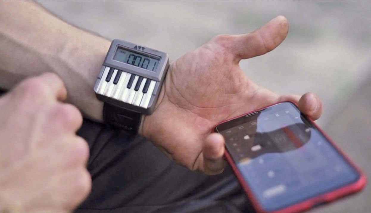 On Kickstarter collect money for the world's first clock synthesizer – Synthwatch